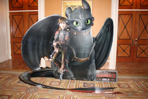 how-to-train-your-dragon-2-theater-standee (2)