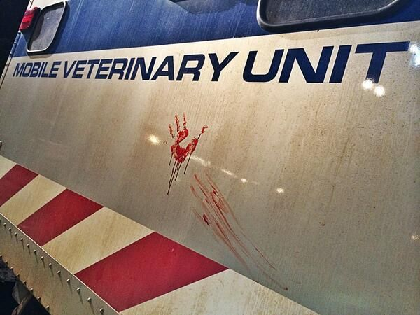 jurassic-world-bloody-handprint-set-photo