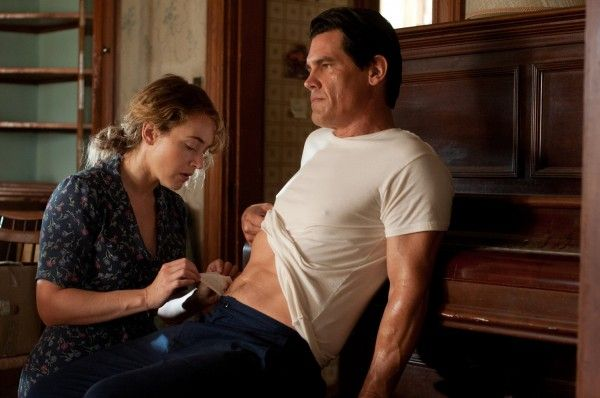 labor-day-josh-brolin-kate-winslet-3