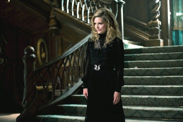 michelle-pfeiffer-dark-shadows-movie-image-3
