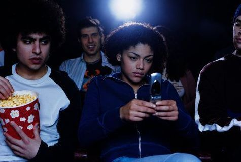movie-theatre-texting