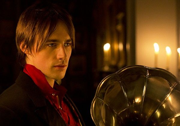 penny-dreadful-reeve-carney-3