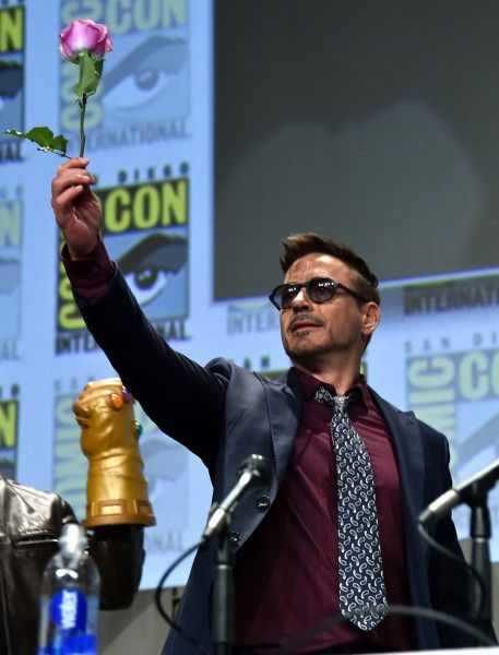 robert-downey-jr-comic-con-rose-marvel