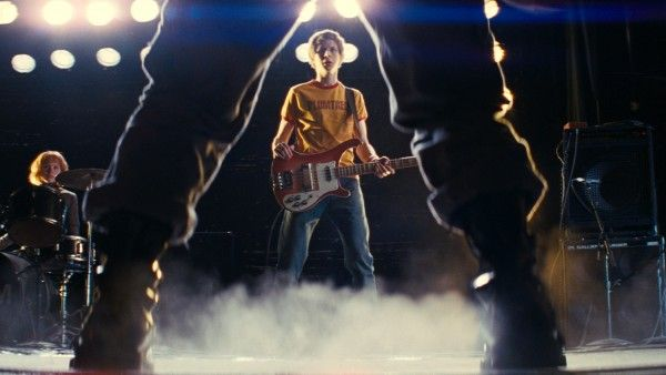 scott_pilgrim_vs_the_world_movie_image_michael_cera_holding_guitar_01