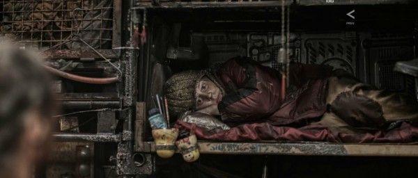 snowpiercer-huddled-passenger