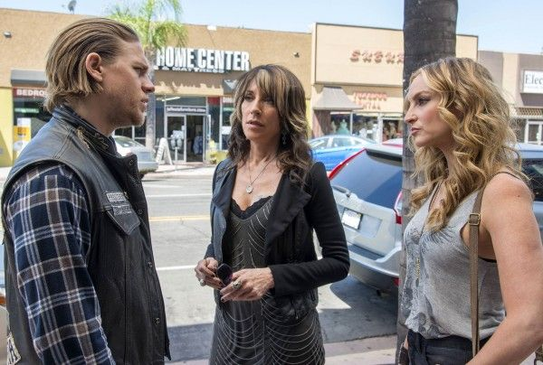 sons-of-anarchy-katey-sagal-charlie-hunnam-drea-de-matteo (2)