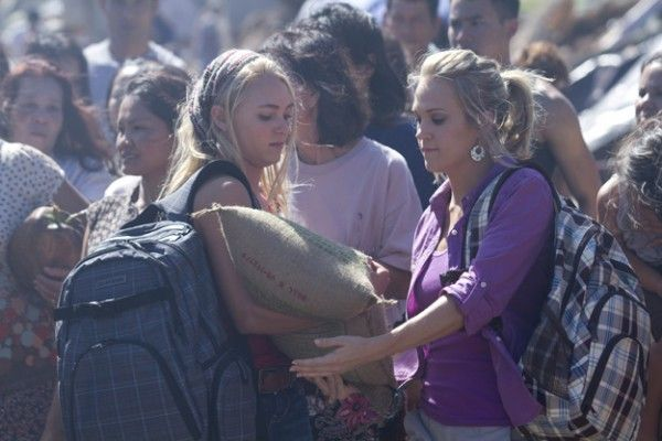 soul-surfer-movie-image-carrie-underwood-annasophia-robb-02