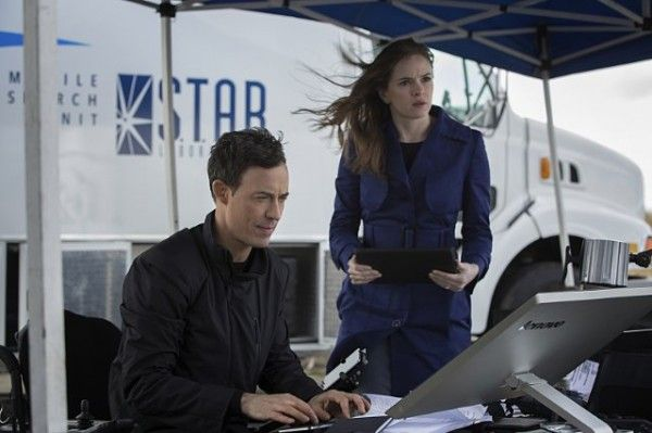 the-flash-city-of-heroes-tom-cavanagh-danielle-panabaker