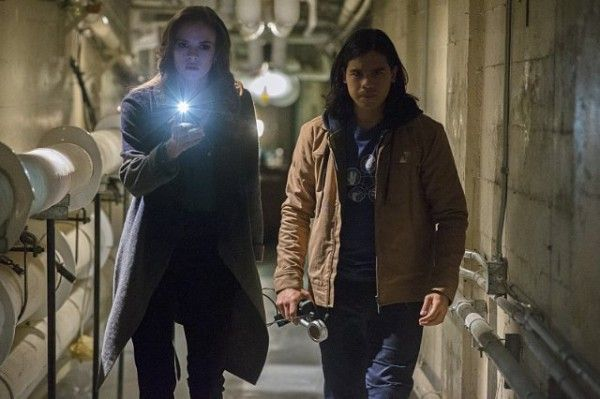 the-flash-mid-season-finale-danielle-panabaker-carlos-valdez