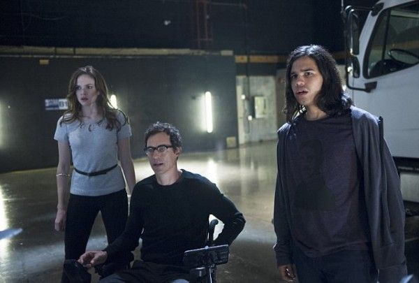 the-flash-power-outage-danielle-panabaker-tom-cavanagh-carlos-valdes