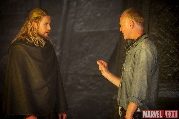 thor-dark-world-chris-hemsworth-alan-taylor-set-photo