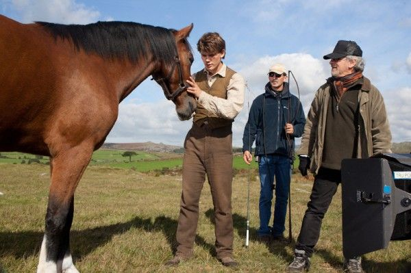 war-horse-jeremy-irvine-steven-spielberg-movie-set-photo-01
