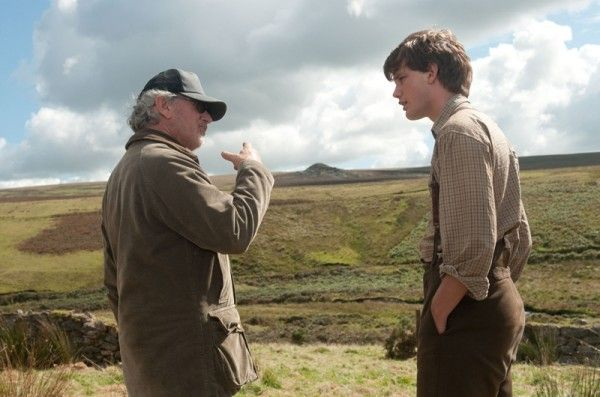 war-horse-jeremy-irvine-steven-spielberg-movie-set-photo-02