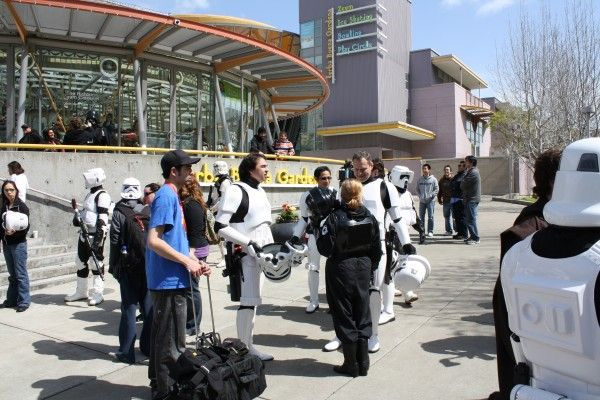 wondercon-image-convention-floor-people-in-costume-22