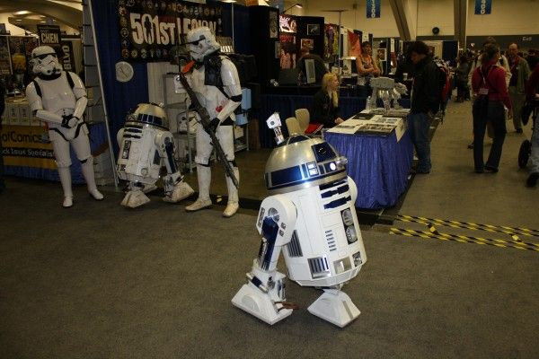wondercon-image-convention-floor-people-in-costume-24